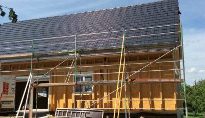 mise en place de l'étanchéité de toiture lors de la construction d'une maison à ossature bois à betschdorf, bas-rhin, Alsace