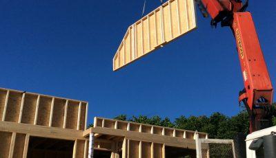 installation de la structure du premier étage en ossature bois sur un chantier situé à Betschdorf, Bas-Rhin, Alsace